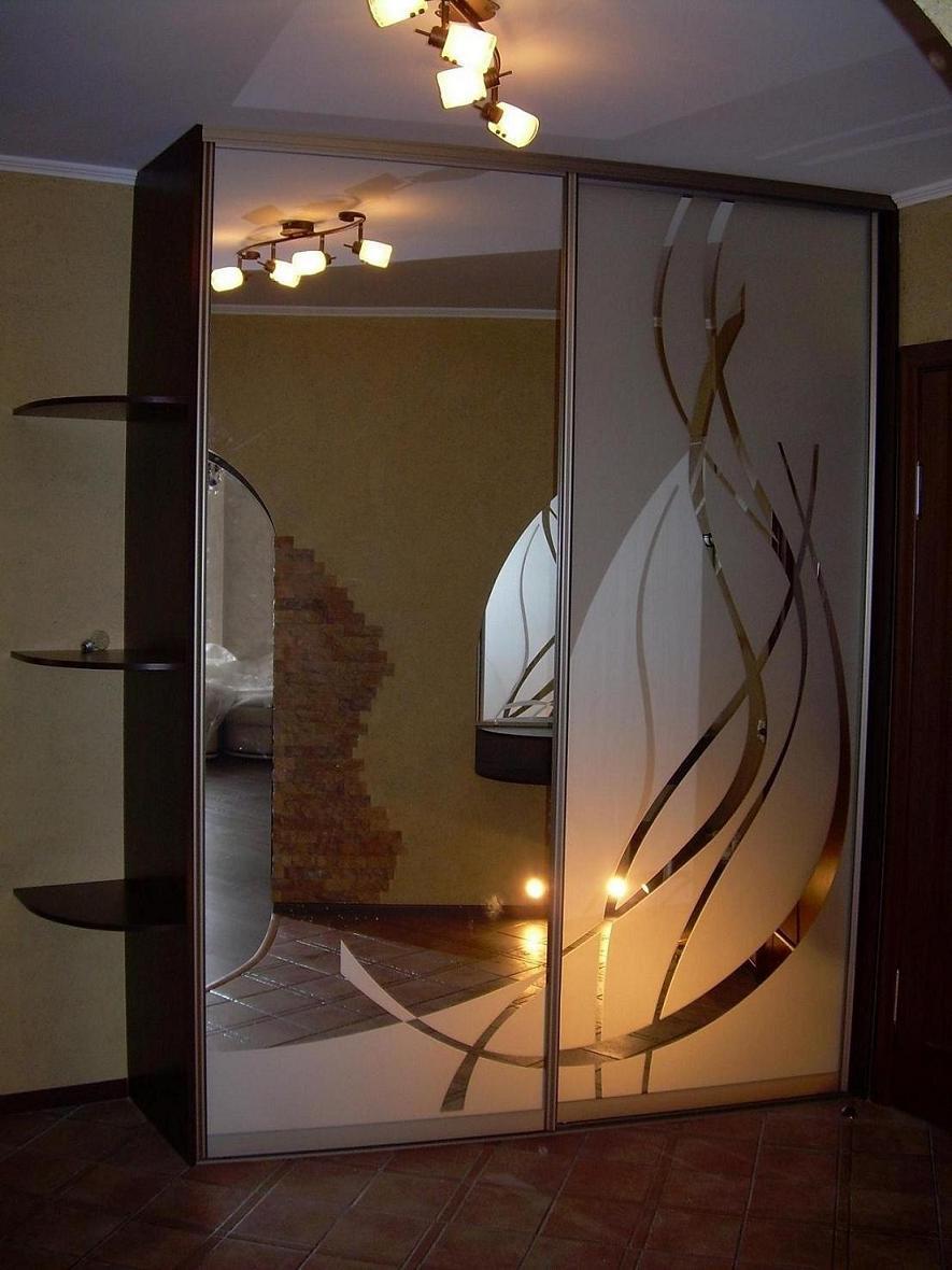 Зеркало с матовым рисунком.